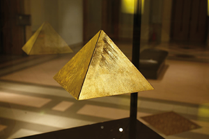 Flyvision MUSEUM PYRAMIDE DISPLAY FLYVISION 300x200 - A kind of magic